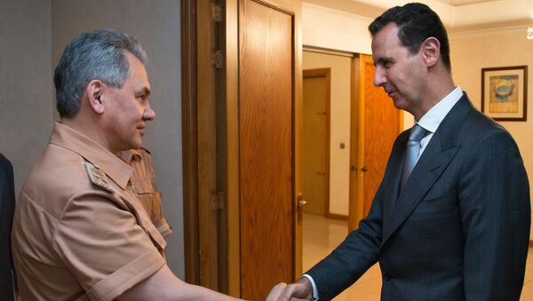 Министр обороны России Сергей Шойгу (слева) и президент Сирии Башар Асад во время переговоров в Сирии (23 марта 2020). - Sputnik Армения