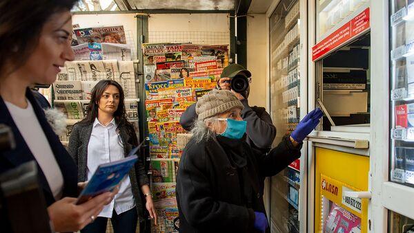 Анна Акопян раздает буклеты (23 марта 2020). Еревaн - Sputnik Армения