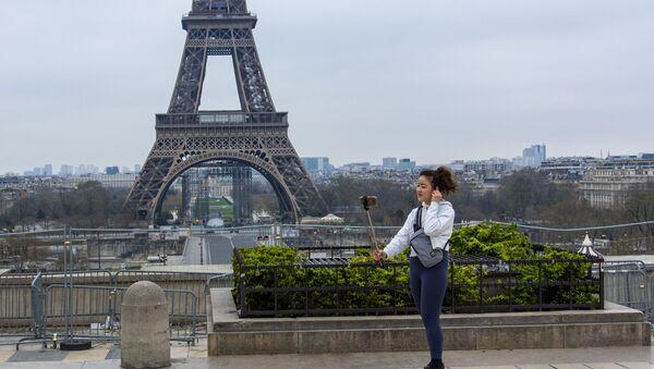 Туристка фотографируется на безлюдной площади Трокадеро у Эйфелевой башни в Париже - Sputnik Армения