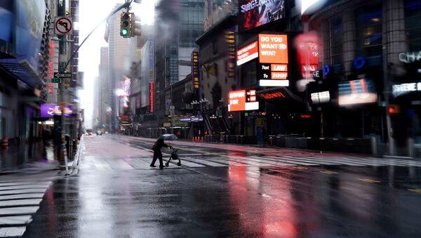 Пешеход переходит 42-ую улицу на пустынном Таймс-сквер в Нью-Йорке - Sputnik Армения