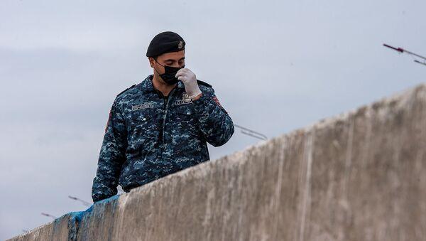 Полицейский на контрольно-пропускном пункте при выезде из Эчмиадзина - Sputnik Արմենիա