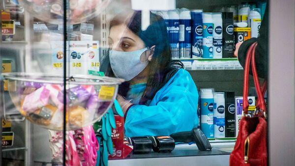 Продавец в защитной маске в магазине Тбилиси - Sputnik Արմենիա