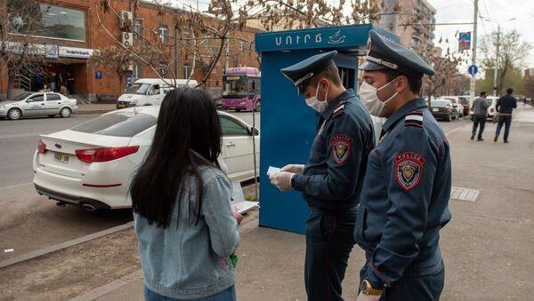 Проверка полицейскими документов прохожих во время чрезвычайной ситуации (25 марта 2020). Ереван - Sputnik Армения