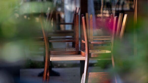 Стулья закрытого летнего кафе у площади Свободы - Sputnik Армения