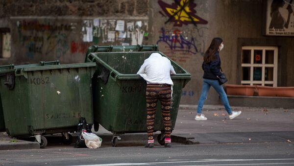 Женщина копошится в мусорном баке - Sputnik Արմենիա