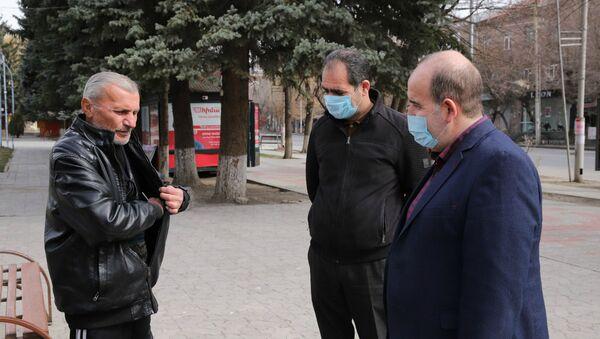 Губернатор Ширака Тигран Петросян (справа) совершает обход по центру Гюмри (27 марта 2020). Гюмри - Sputnik Արմենիա