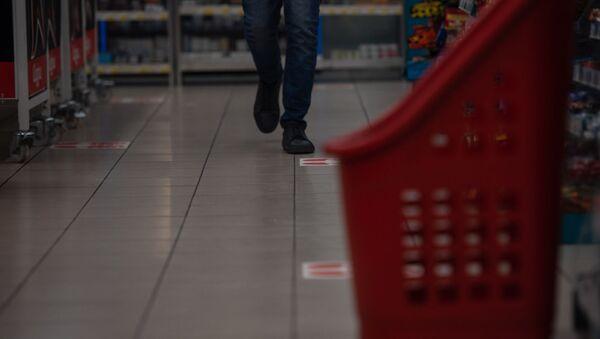 Разметки для соблюдения дистанции на полу в супермаркете Carrefour (27 марта 2020). Еревaн - Sputnik Արմենիա