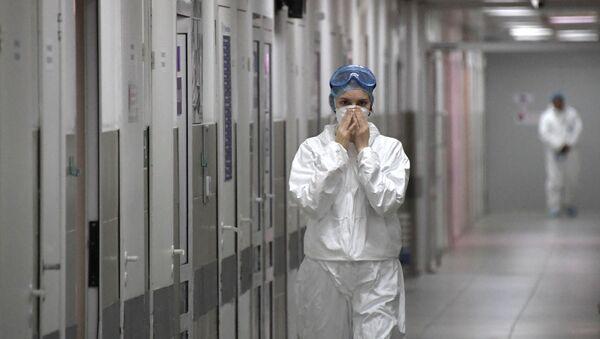 Медицинский работник в больнице в Москве - Sputnik Армения