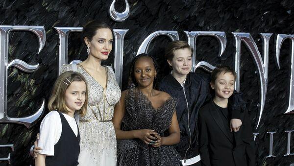Актриса Анджелина Джоли с детьми на премьере фильма (9 октября 2019). Лондон - Sputnik Армения