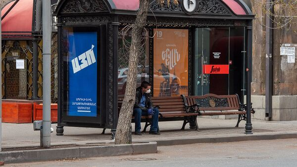 Молодой человек в защитной маске на автобусной остановке (1 апреля 2020). Ереван - Sputnik Армения