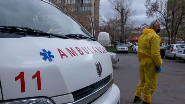 Карета скорой помощи перед зданием медцентра Сурб Григор Лусаворич (2 апреля 2020). Еревaн - Sputnik Արմենիա