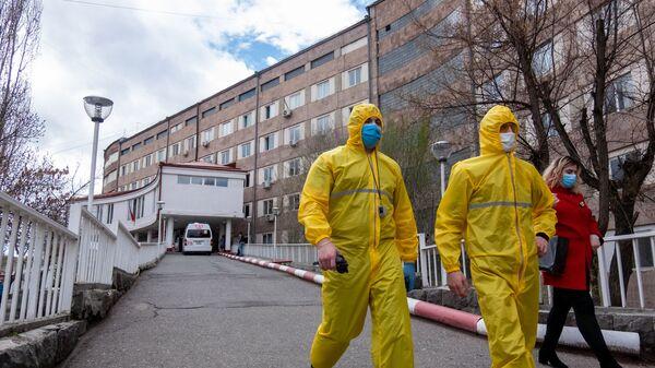 Медработники перед зданием медицинского центра Сурб Григор Лусаворич (2 апреля 2020). Еревaн - Sputnik Армения