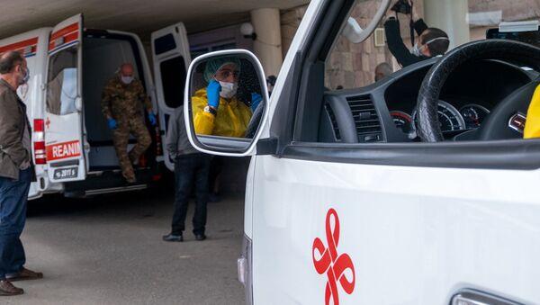 Кареты скорой помощи перед зданием медцентра Сурб Григор Лусаворич (2 апреля 2020). Еревaн - Sputnik Արմենիա