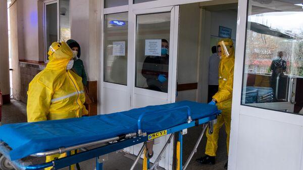 Врачи скорой помощи перед зданием медицинского центра Сурб Григор Лусаворич (2 апреля 2020). Еревaн - Sputnik Արմենիա