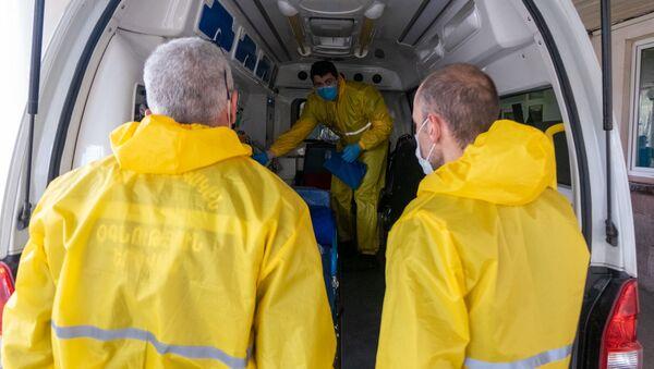 Врачи скорой помощи перед зданием медицинского центра Сурб Григор Лусаворич (2 апреля 2020). Еревaн - Sputnik Армения