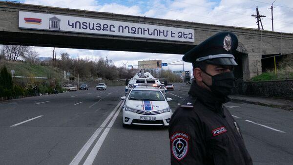 Сотрудник военной полиции проверяет документы у водителей и пассажиров автомобилей, выезжающего из столицы (2 апреля 2020). Еревaн - Sputnik Արմենիա