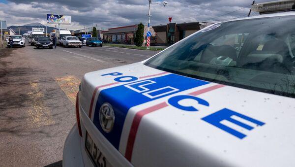 Полицейские проверяют документы у водителей и пассажиров автомобилей, въезжающих в столицу (2 апреля 2020). Еревaн - Sputnik Արմենիա