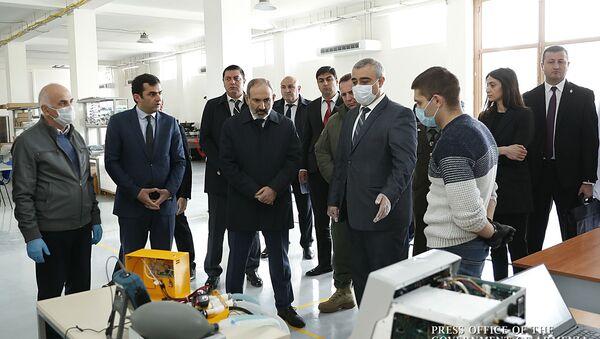 Премьер-министр Никол Пашинян в сопровождении министра обороны Давида Тонояна и министра высоких технологий Акопа Аршакяна посетил Инженерный город (3 апреля 2020). Еревaн - Sputnik Армения