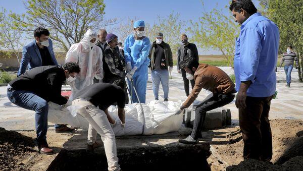 Похороны жертвы коронавируса на кладбище недалеко от Тегерана (30 марта 2020). Иран - Sputnik Армения