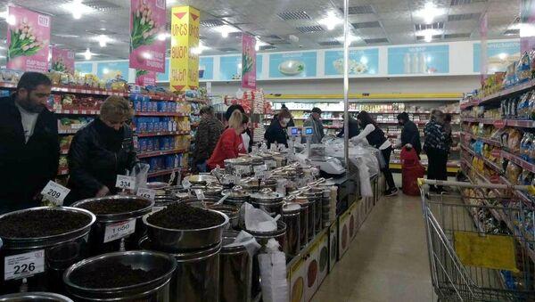 Покупатели в супермаркете Yerevan City (4 апреля 2020). Еревaн - Sputnik Արմենիա