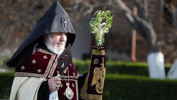 Католикос Гарегин II со святым Гегардом в руке проводит церемонию праздника Цахказард в Святом Первопрестольном Эчмиадзине (5 апреля 2020). Вагаршапат - Sputnik Армения