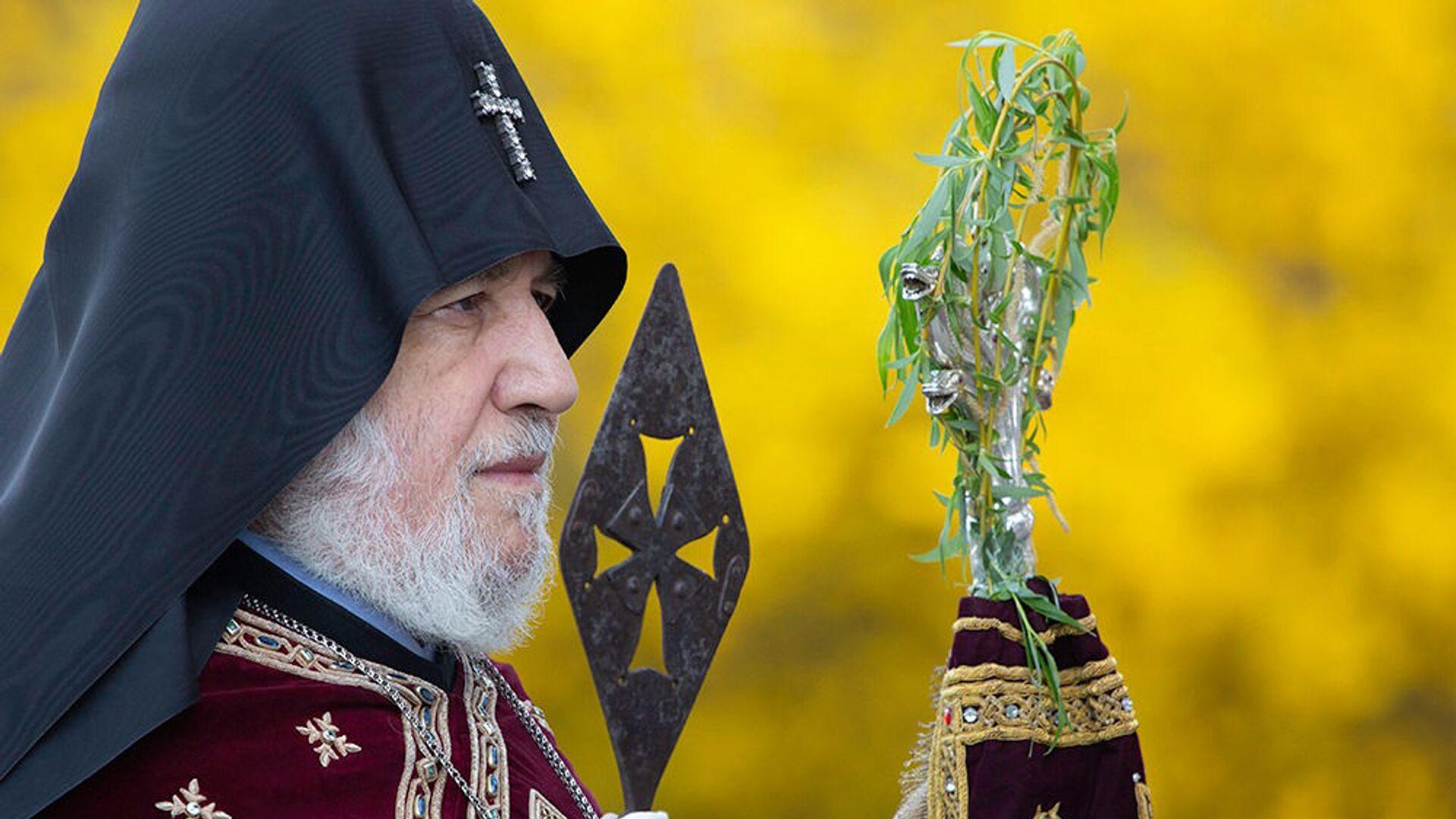 Католикос Гарегин II со святым Гегардом в руке проводит церемонию праздника Цахказард в Святом Первопрестольном Эчмиадзине (5 апреля 2020). Вагаршапат - Sputnik Արմենիա, 1920, 21.08.2021