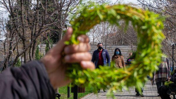 Посетители церкви Святой Богоматери в Вербное воскресенье (5 апреля 2020). Еревaн - Sputnik Армения