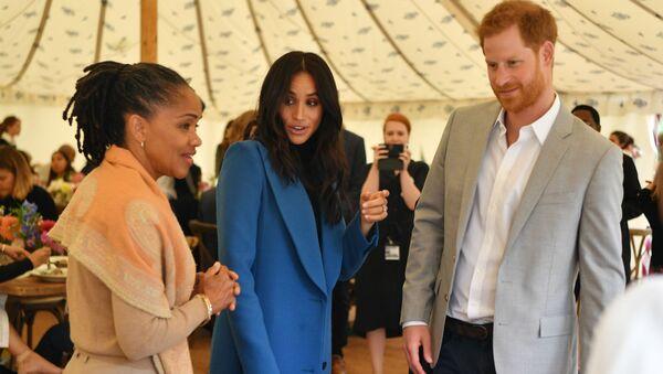 Меган, герцогиня Сассексская с матерью Дорией Рэгланд (слева) и британским принцем Гарри, герцогом Сассексским (20 сентября 2018). Лондон - Sputnik Армения
