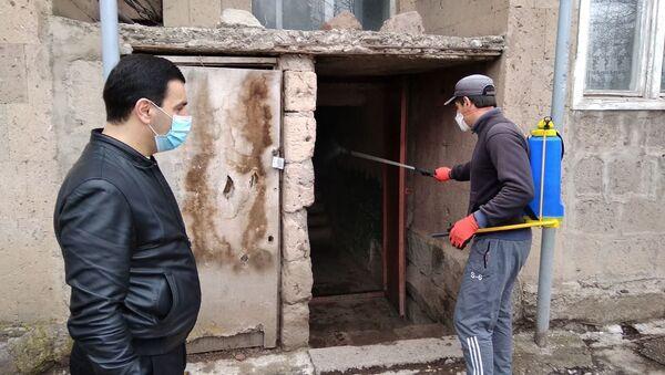 Профилактические меры против коронавируса во дворе дома погибшего от вируса жителя (5 апреля 2020). Маралик - Sputnik Արմենիա