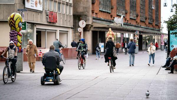 Пешеходы и велосипедисты гуляют по центру Гааги несмотря на правительственные рекомендации не выходить из дома (3 апреля 2020).  - Sputnik Արմենիա