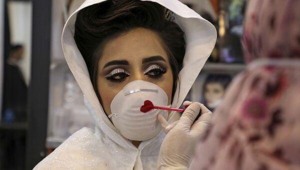 Палестинская невеста во время раскрашивания маски на свадебной церемонии на Западном берегу  - Sputnik Армения