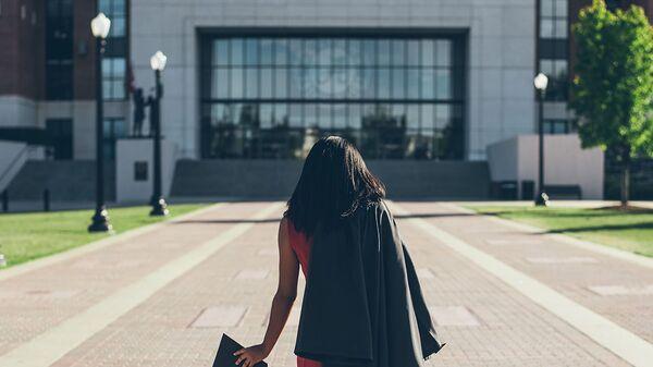 Женщина перед зданием Университета Алабамы - Sputnik Արմենիա