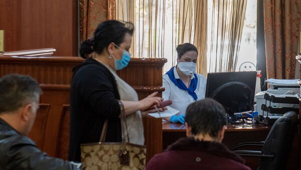 Посетители в защитных масках в банке (8 апреля 2020). Еревaн - Sputnik Արմենիա