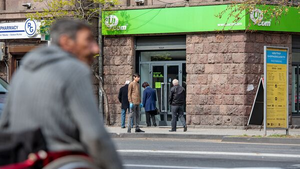 Люди перед офисом компании Ucom на проспекте Маштоца (10 апреля 2020). Еревaн - Sputnik Արմենիա