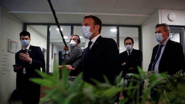 Президент Франции Эммануэль Макрон в защитной маске беседует с медработниками во время посещения медицинского центра в Пантене (7 апреля 2020). Франция - Sputnik Армения