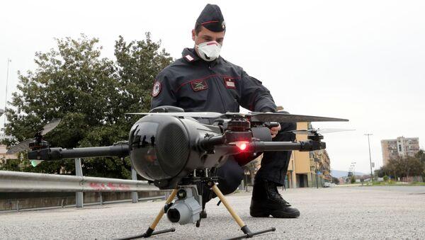 Итальянский карабинер управляет беспилотником в целях проверки выполнения населением мер, введенных правительством в связи с коронавирусом в Неаполе, Италия - Sputnik Армения