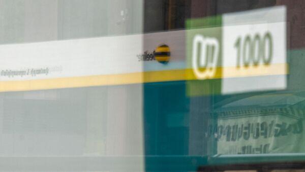 Отражение логотипа Beeline в витрине офиса компании Ucom - Sputnik Армения