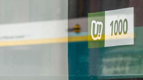 Отражение логотипа Beeline в витрине офиса компании Ucom - Sputnik Արմենիա
