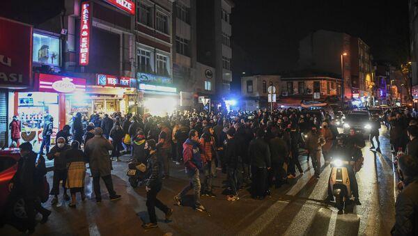 Люди собираются возле магазина, чтобы купить продукты, после объявления комендантского часа (10 апреля 2020). Стамбул - Sputnik Армения