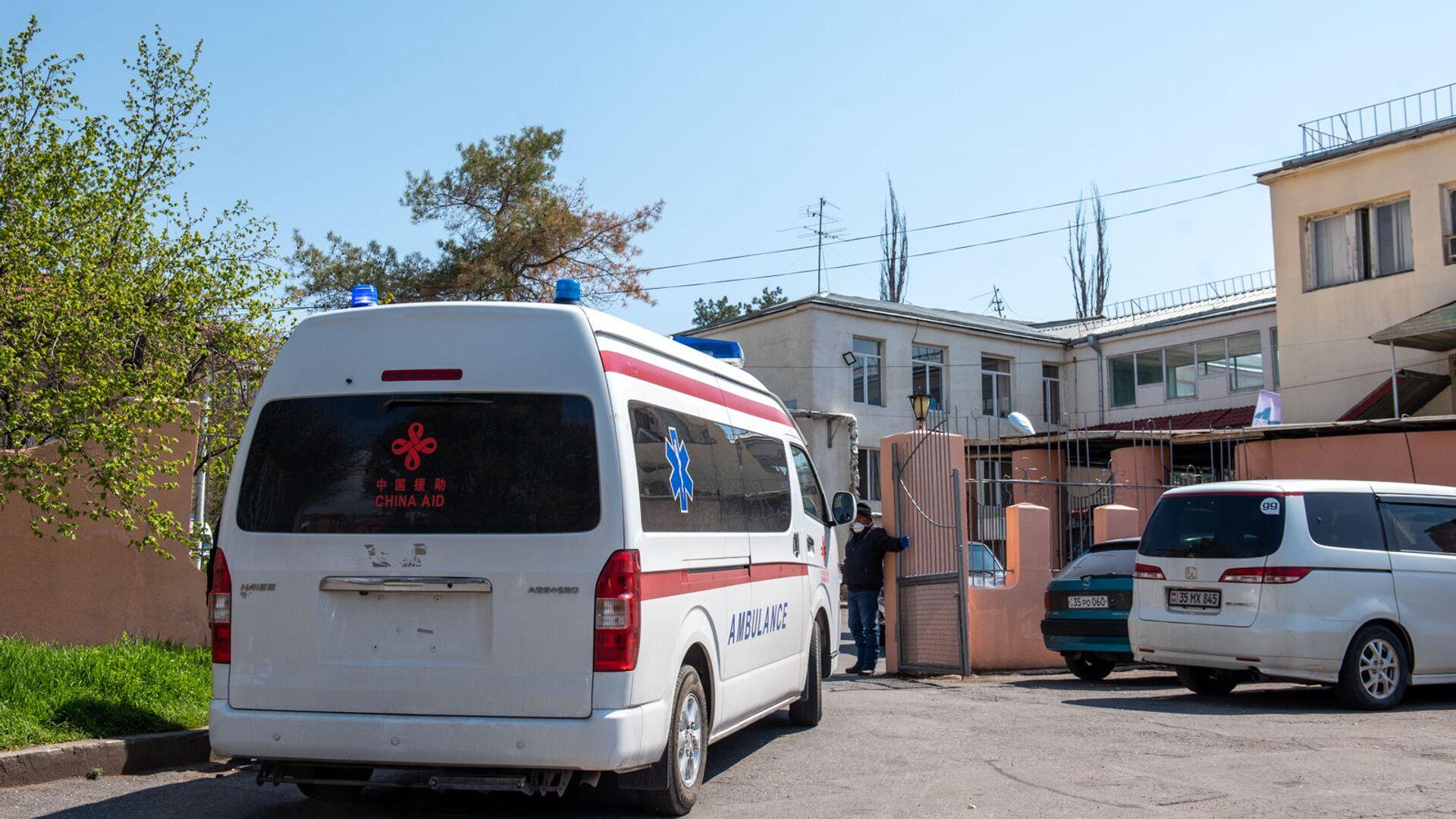 Карета скорой помощи въезжает на территорию инфекционной больницы Норк - Sputnik Армения, 1920, 14.10.2021