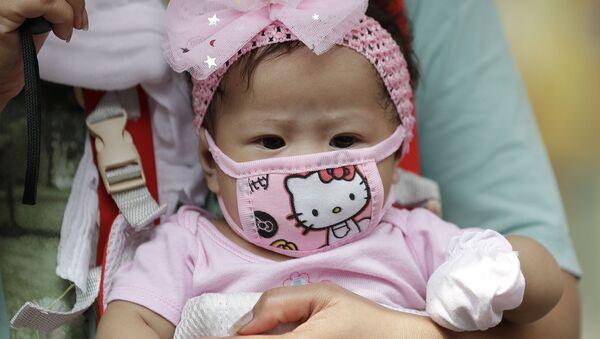 Малышка в защитной маске Hello Kitty в Маниле, Филиппины - Sputnik Արմենիա