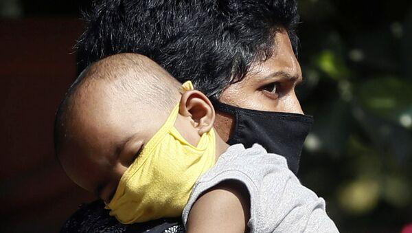 Женщина с ребенком в защитных масках в госпитале Мумбаи, Индия - Sputnik Армения