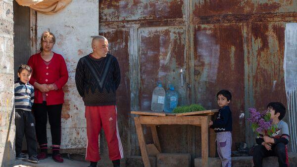 Ованес и Лусине Саркисяны со своими детьми во дворе свого дома (14 апреля 2020). село Джрашен - Sputnik Արմենիա