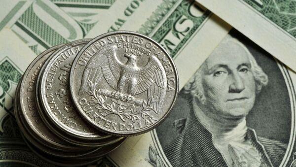 Монеты различного номинала Монетного двора США на фоне банкноты номиналом 1 доллар США. - Sputnik Армения