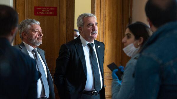 Андраник Кочарян (справа) на заседании Национального собрания (16 апреля 2020). Еревaн - Sputnik Армения