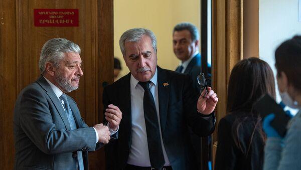 Андраник Кочарян (справа) на заседании Национального собрания (16 апреля 2020). Еревaн - Sputnik Արմենիա