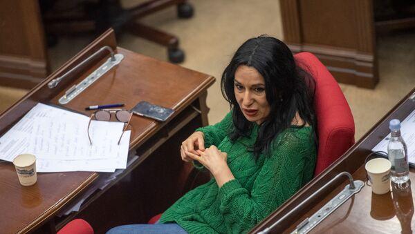 Депутат фракции Процветающая Армения Наира Зограбян на заседании Национального собрания (16 апреля 2020). Еревaн - Sputnik Армения