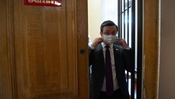 Депутат фракции Елк Геворк Горгисян в защитной маске на заседании Национального собрания (16 апреля 2020). Еревaн - Sputnik Արմենիա