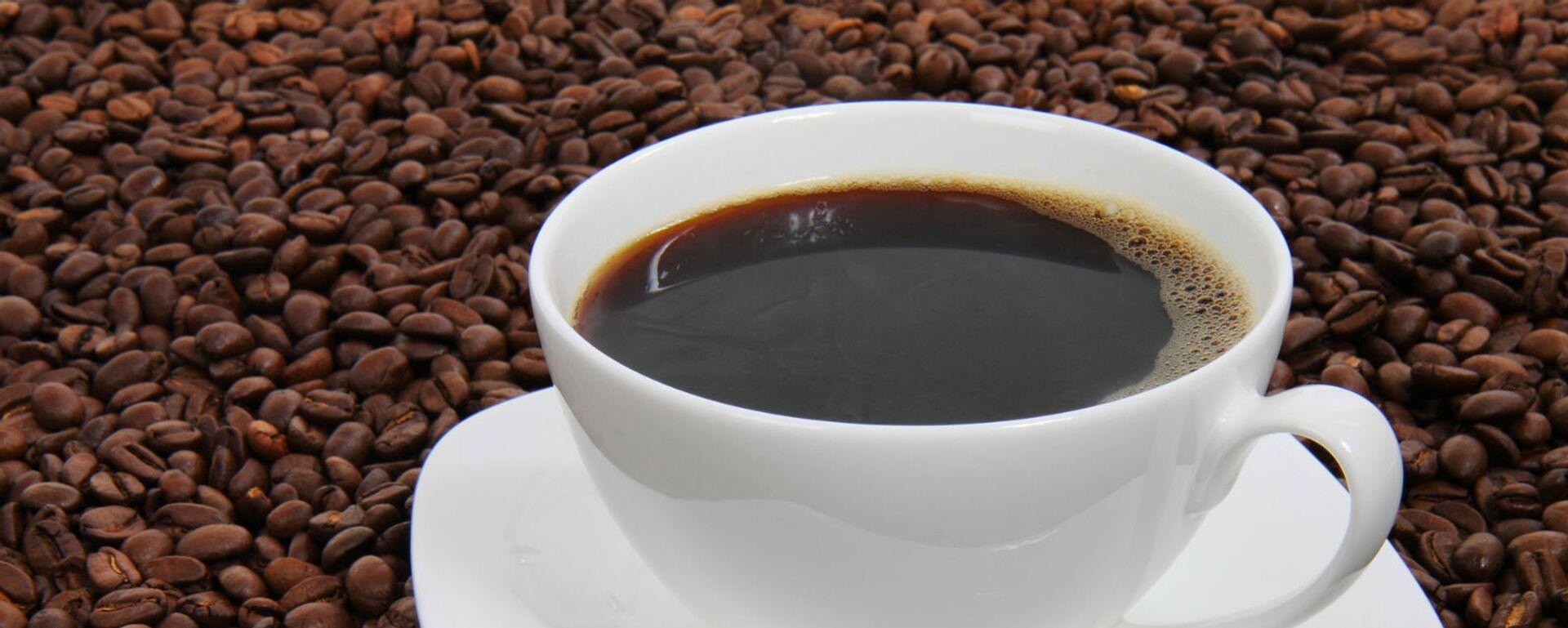 Чашка черного кофе на фоне кофейных зерен - Sputnik Армения, 1920, 19.05.2021