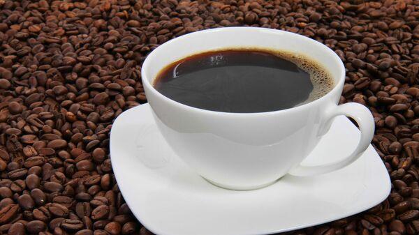 Чашка черного кофе на фоне кофейных зерен - Sputnik Արմենիա